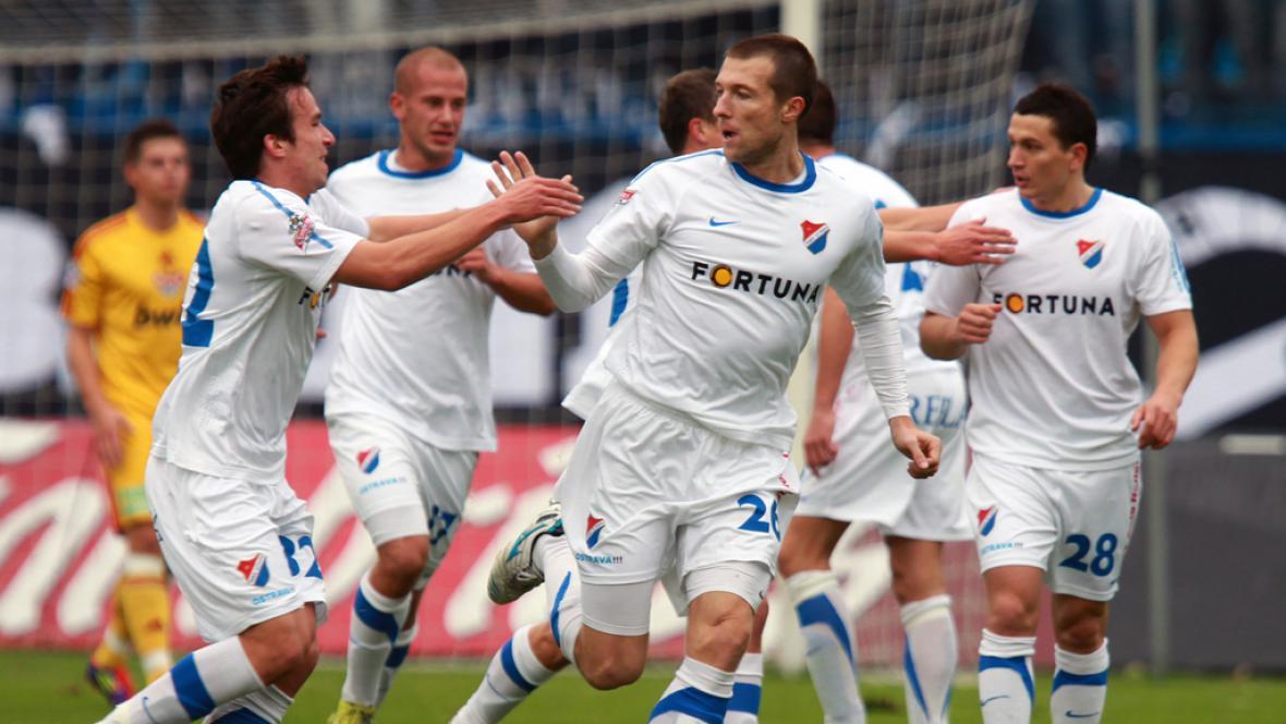 Fotbalisté Baníku Ostrava se radují z gólu