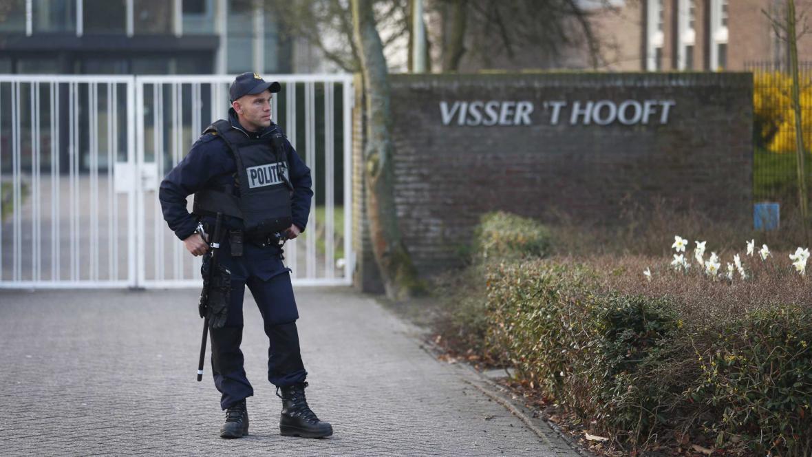 Policista před jednou ze škol v Leidenu