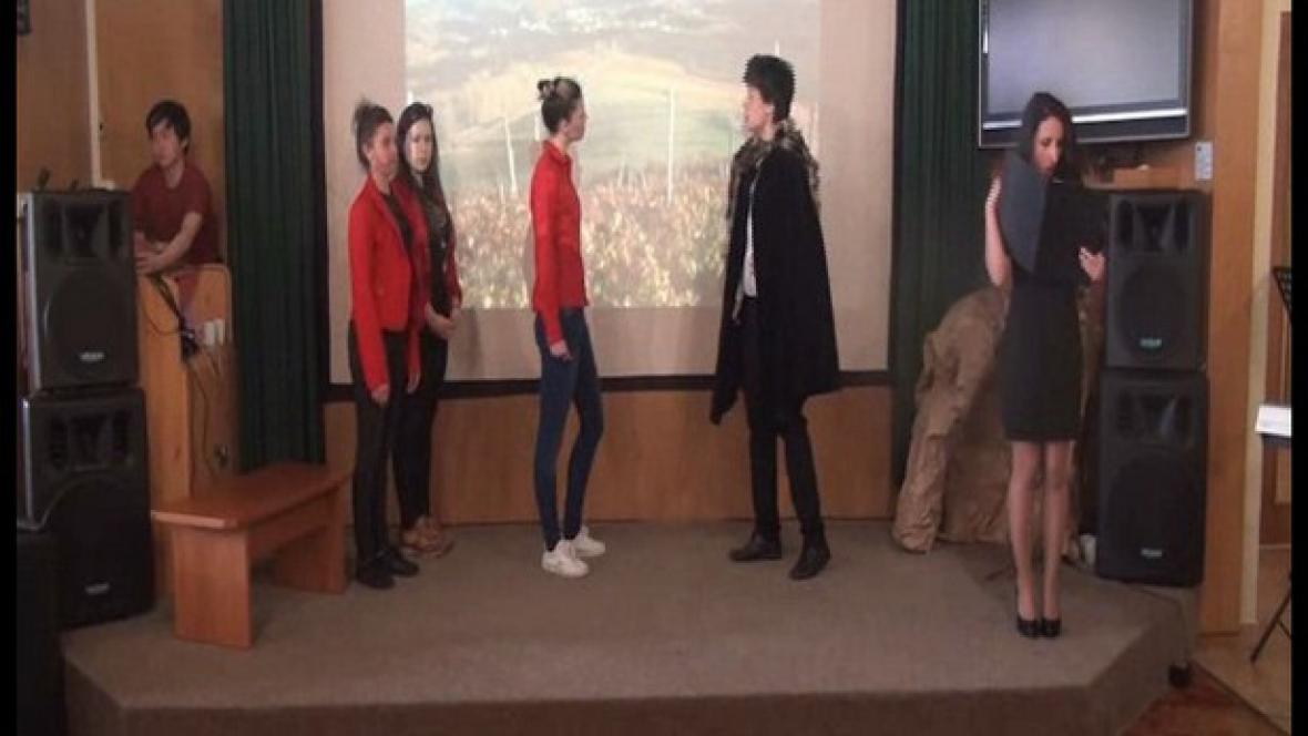 Studenti při divadelním představení