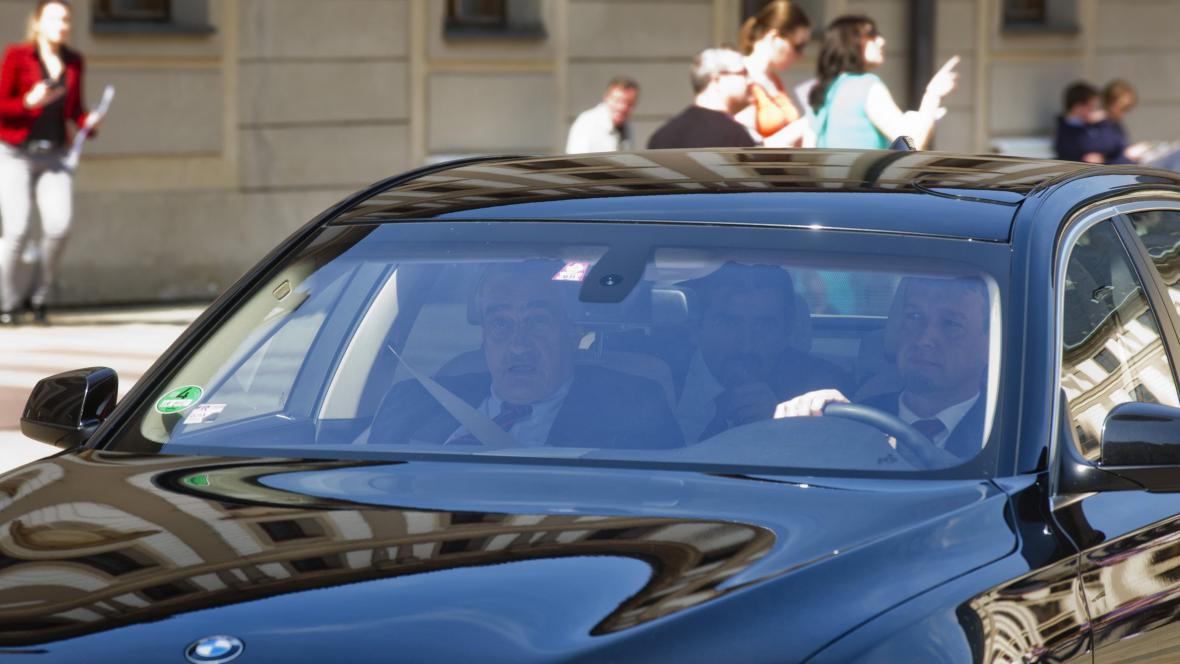 Karel Schwarzenberg přijíždí na setkání s Milošem Zemanem