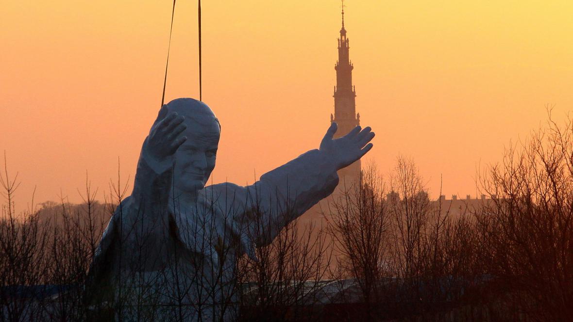 Instalace sochy papeže v Čenstochové
