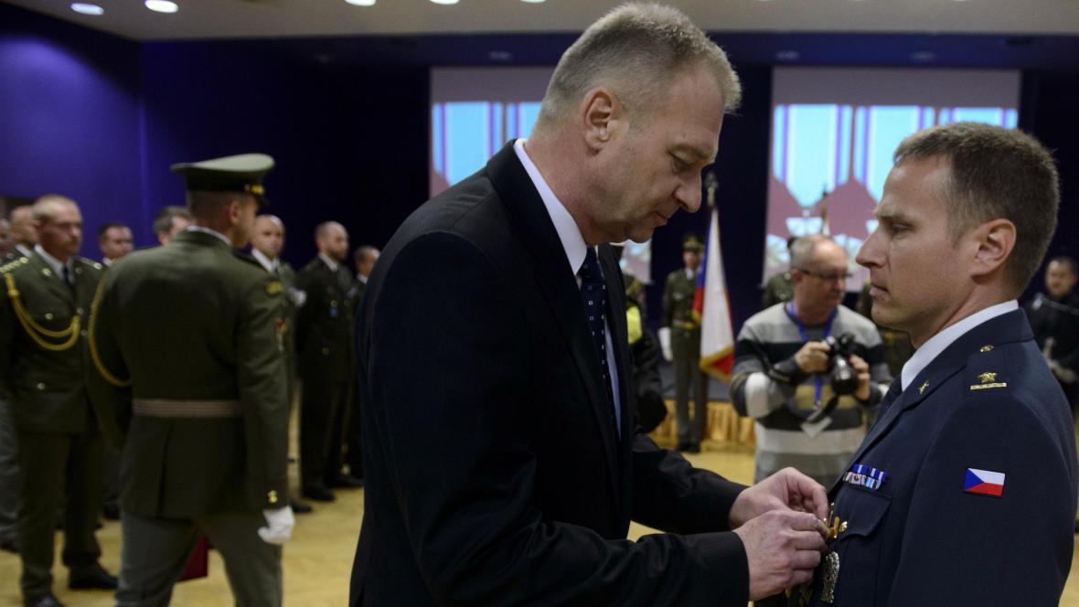 Ministr obrany Vlastimil Picek ocenil vojáky