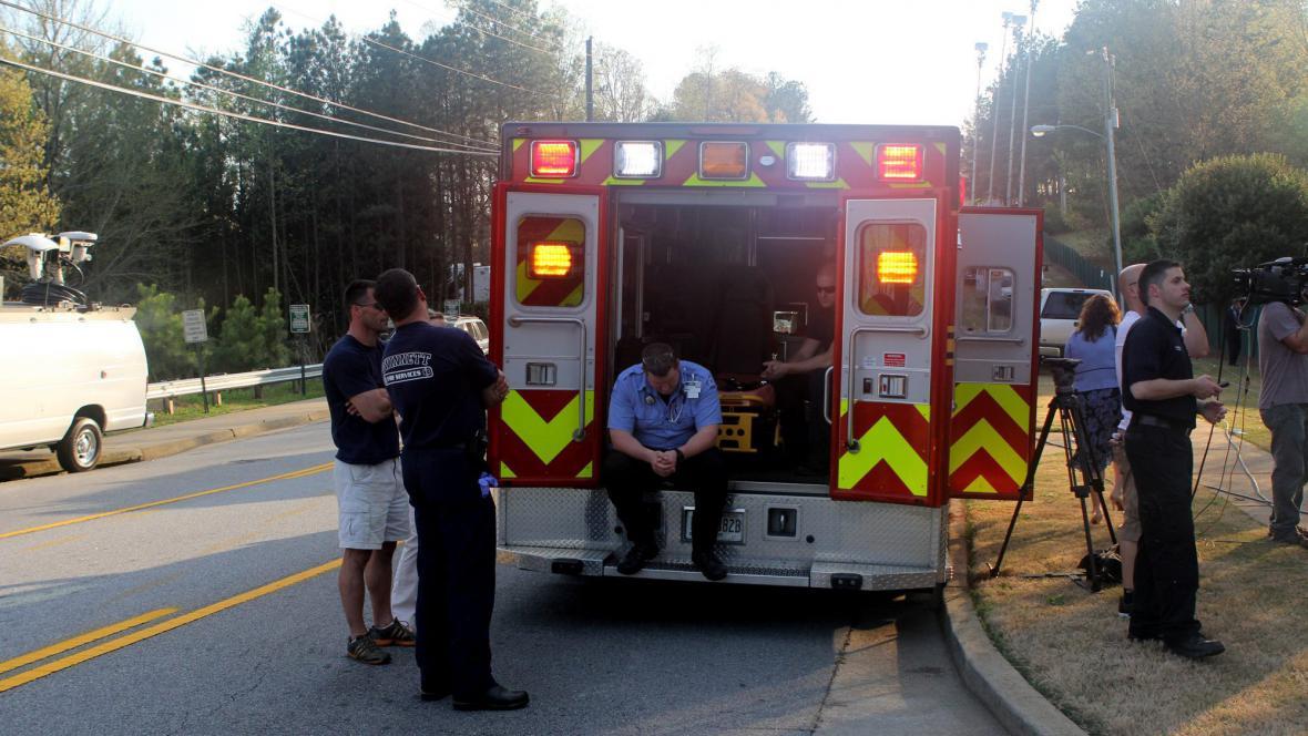 Záchranáři před domem, kde držel útočník rukojmí
