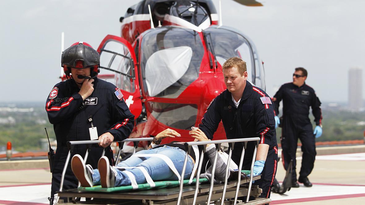 Záchranáři převážejí pobodaného do nemocnice