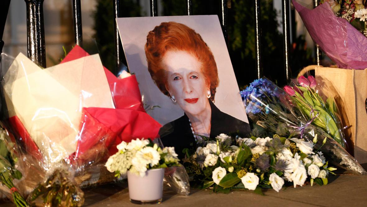 Květiny před londýnským domem Margaret Thatcherové