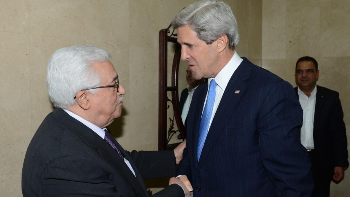 Mahmúd Abbás a John Kerry