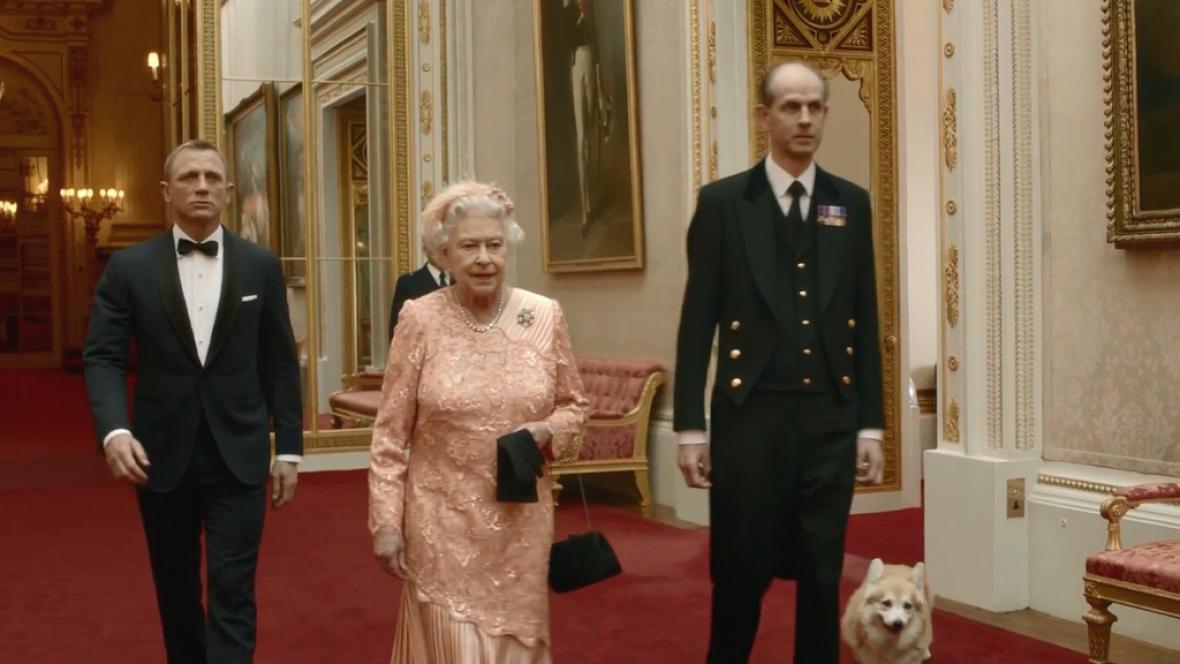 Královna v olympijském klipu s Jamesem Bondem