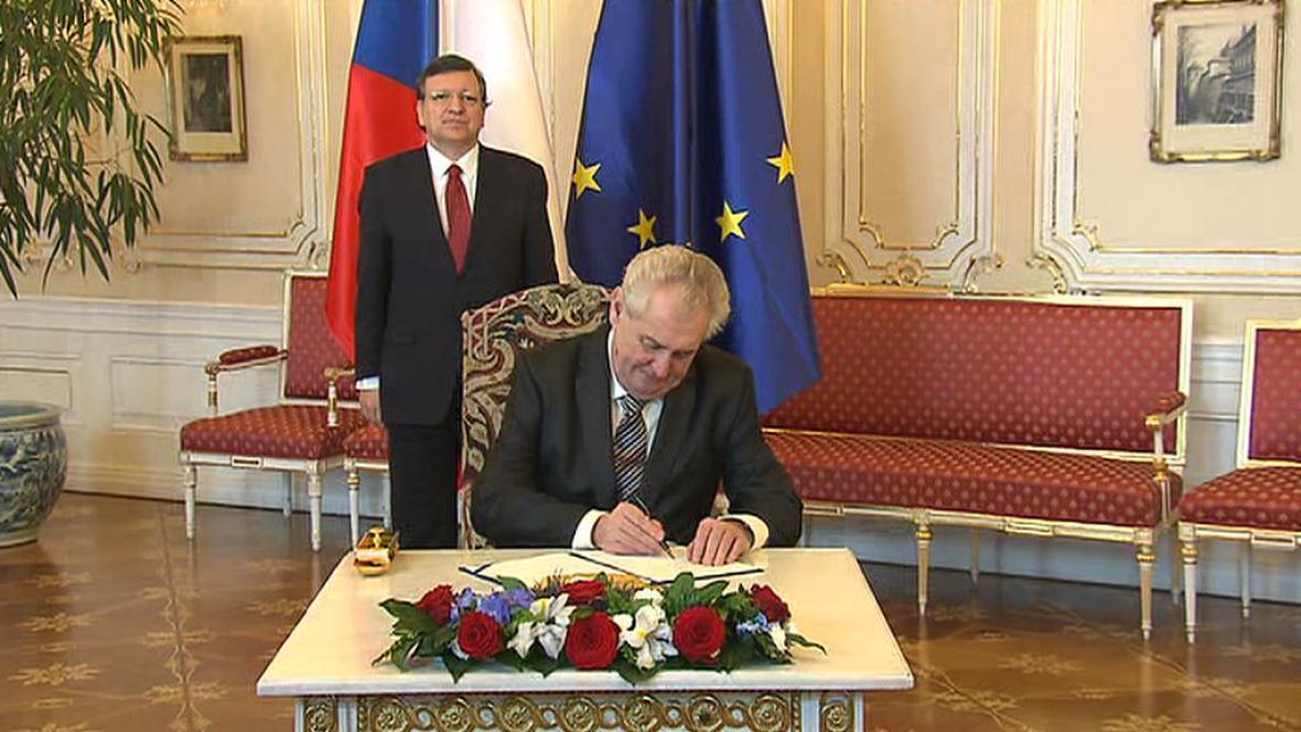 Miloš Zeman podepisuje euroval