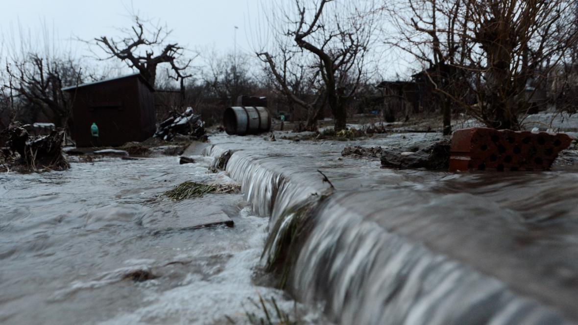 V pražské Hostivaři prasklo vodovodní potrubí