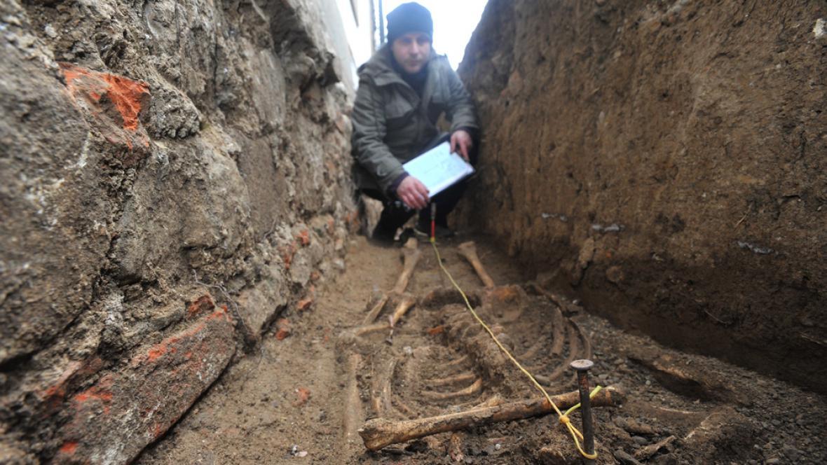 Odkrytá kostra mnicha z doby středověku