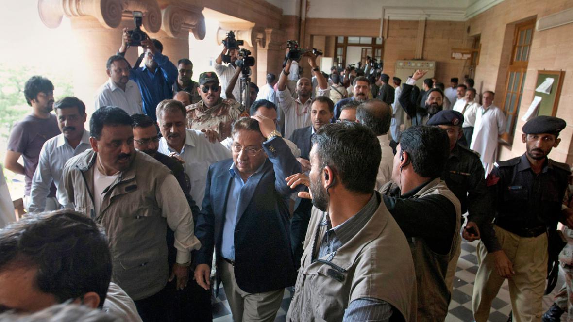 Parvíz Mušaraf krátce poté, co po něm hodili botu
