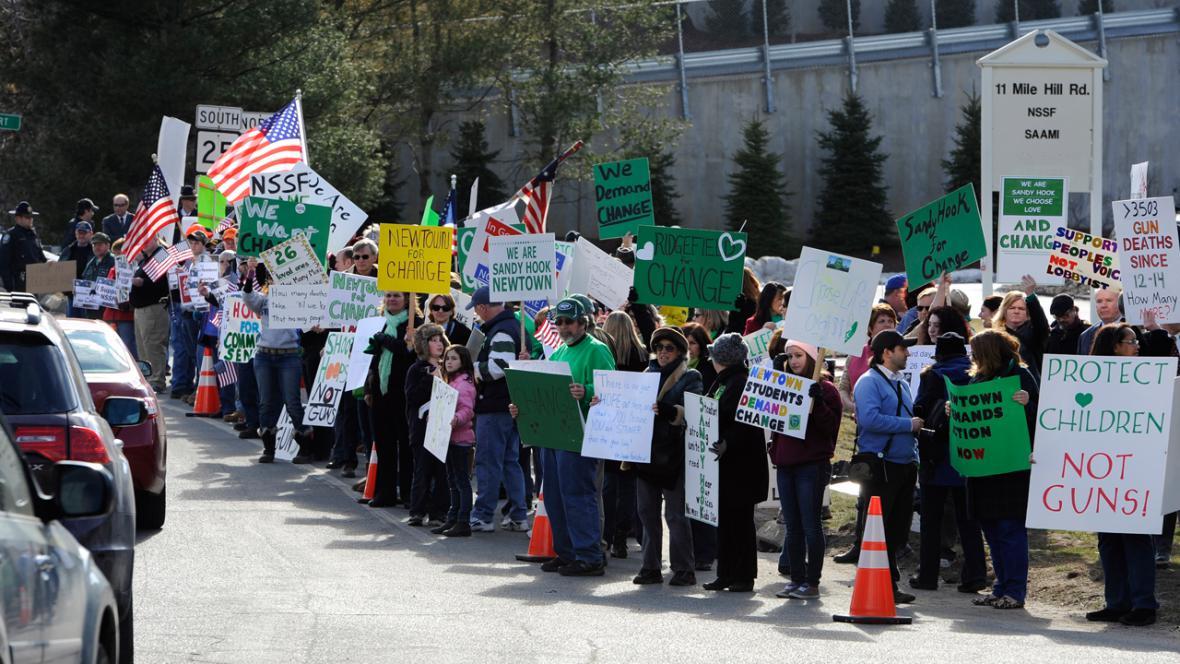 Manifestace obyvatel Newtownu u sídla jedné ze střeleckých organizací