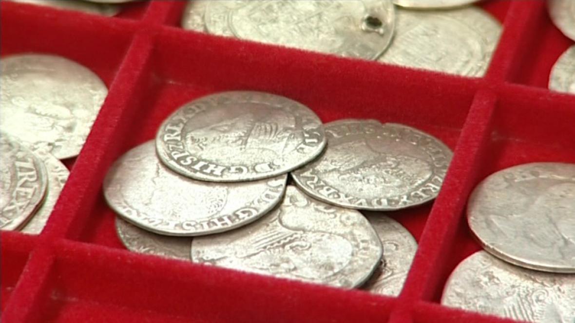 Zabavené mince ze zakopaného pokladu