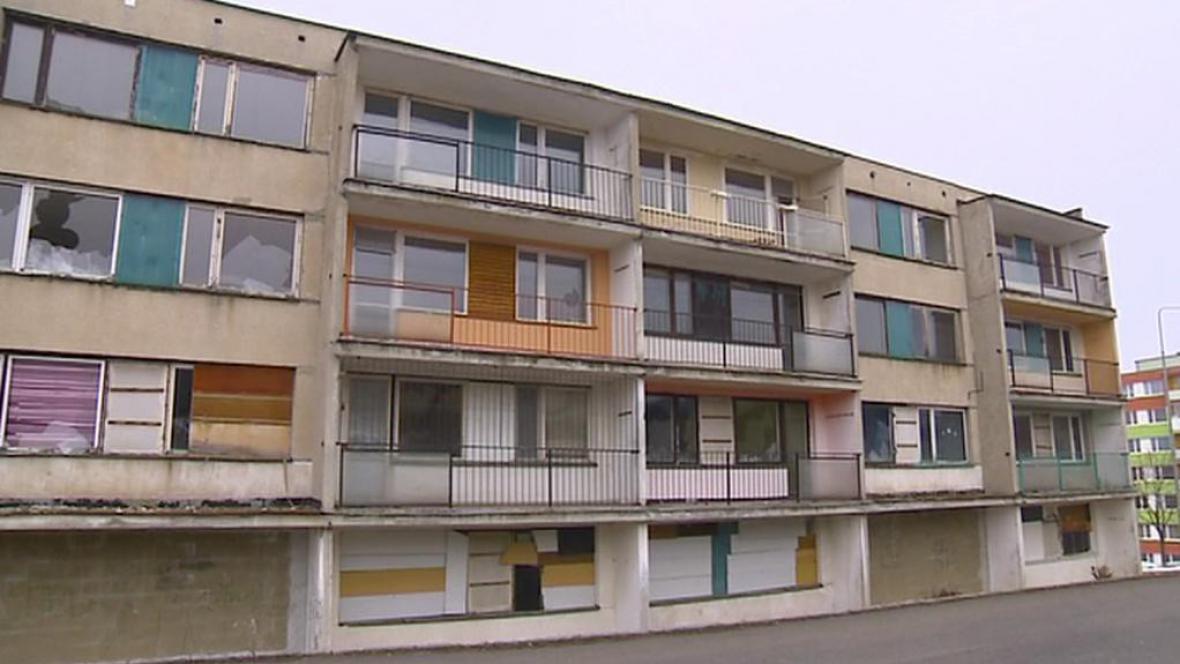 Panelový dům v Obrnici, který bude zbourán