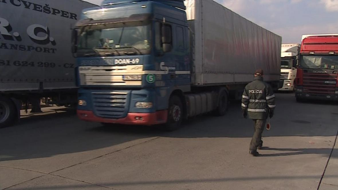 Policisté řídí dopravu a pouští kamiony postupně