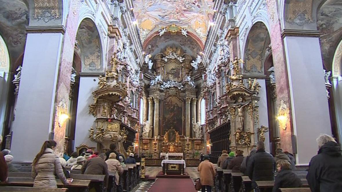 Interiér kostela Nanebevzetí Panny Marie v Brně při mši