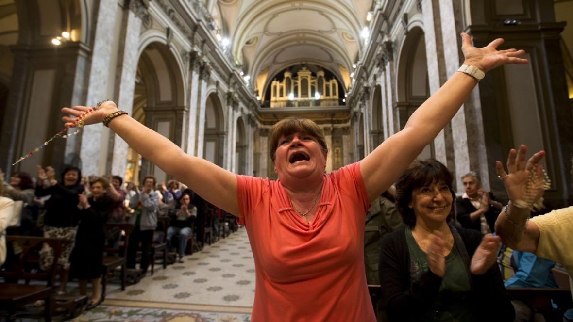 Lidé nadšeně vítali nového papeže
