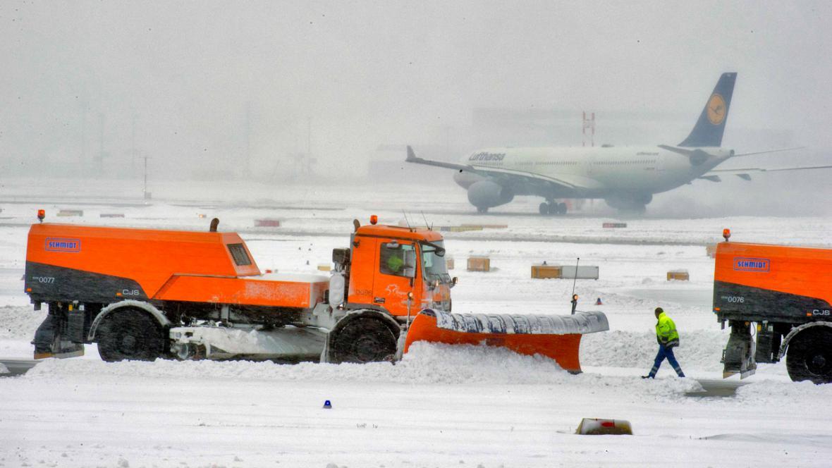 Sníh působí problémy na letišti ve Frankfurtu nad Mohanem