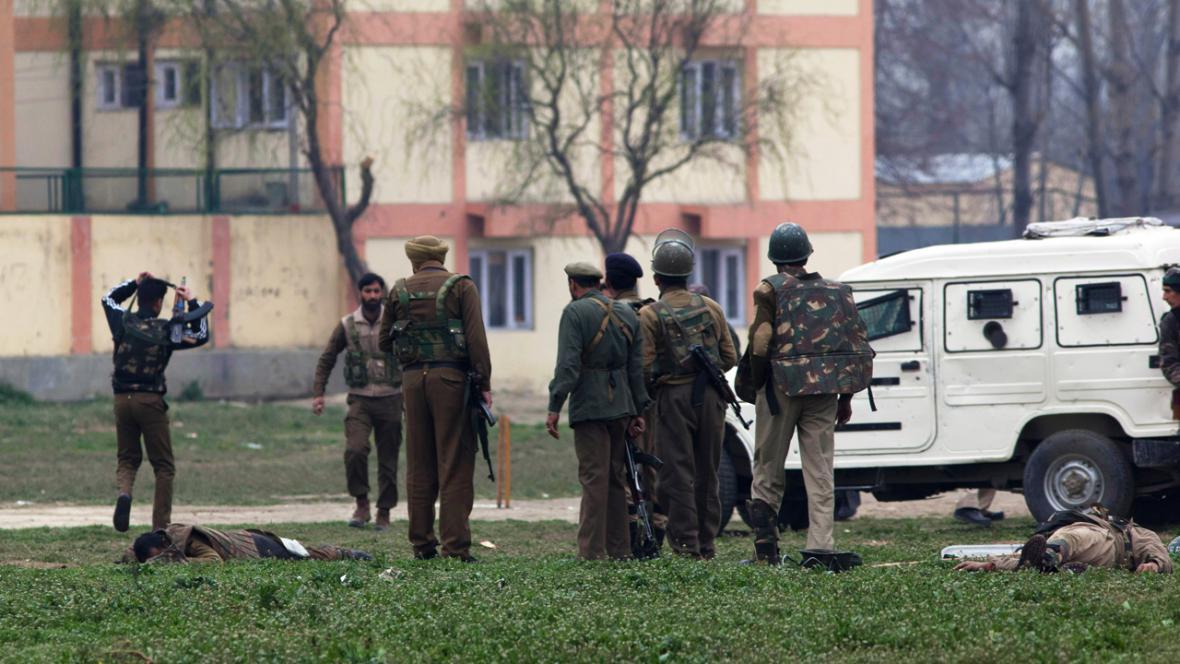 Indičtí vojáci nad oběťmi přestřelky