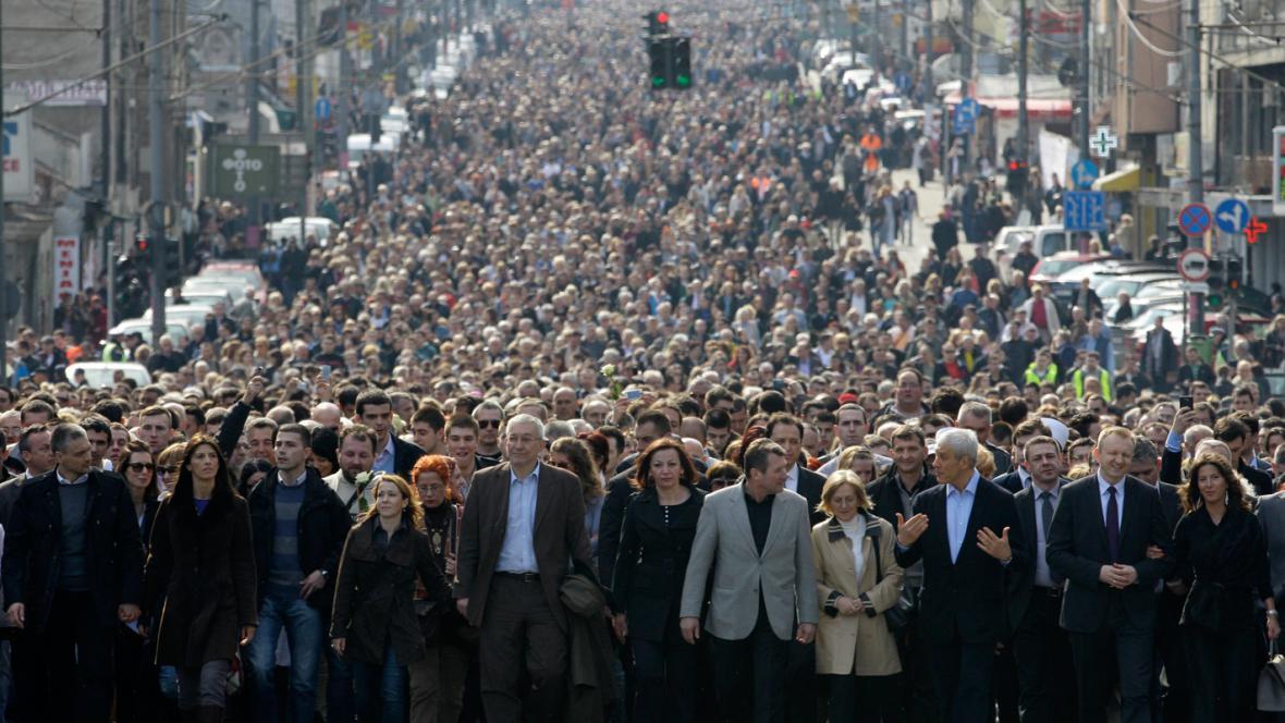 Demonstranti v Bělehradě si připomněli zavraždění Djindjiče