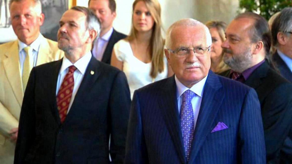 Václav Klaus, vicekancléř Petr Hájek (vlevo) a tajemník Ladislav Jakl (vpravo)
