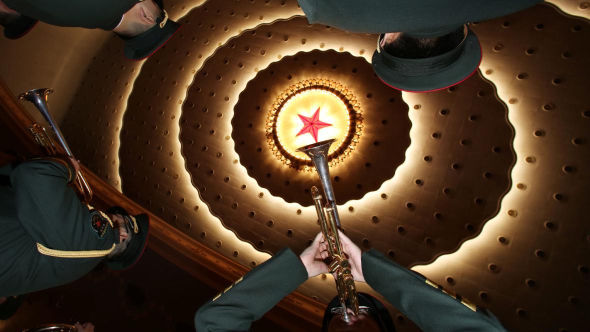 Čínská vojenská kapela zahajuje zasedání parlamentu