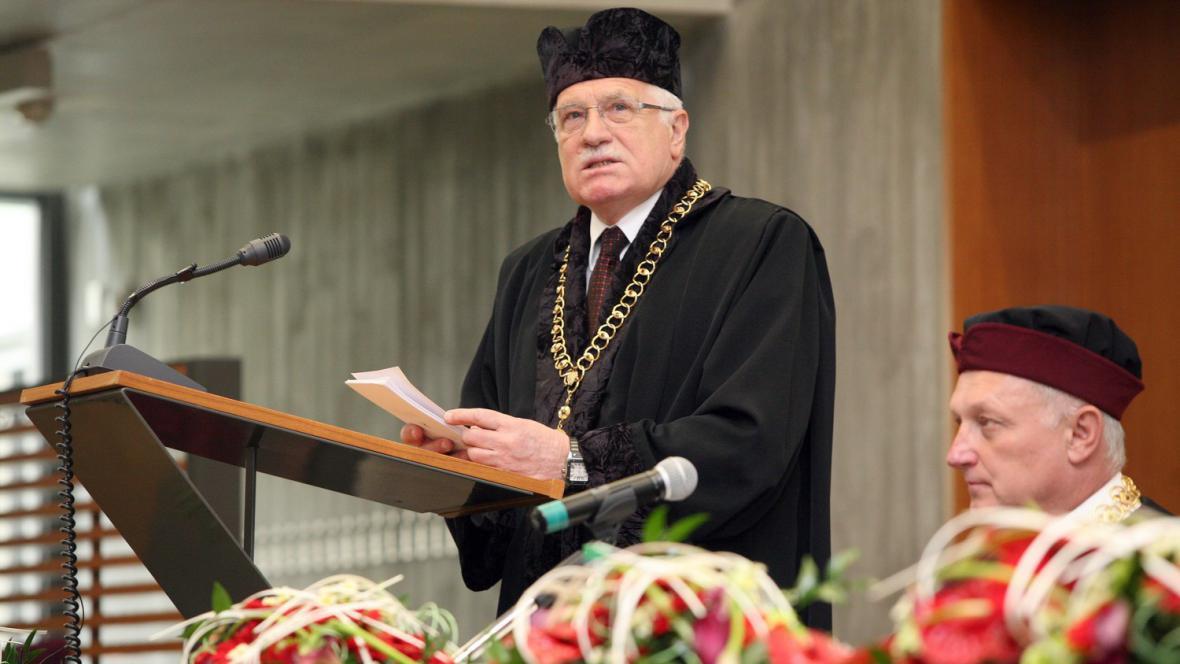 Václav Klaus převzal čestný doktorát na VUT