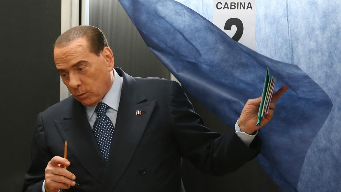 Silvio Berlusconi ve volební místnosti