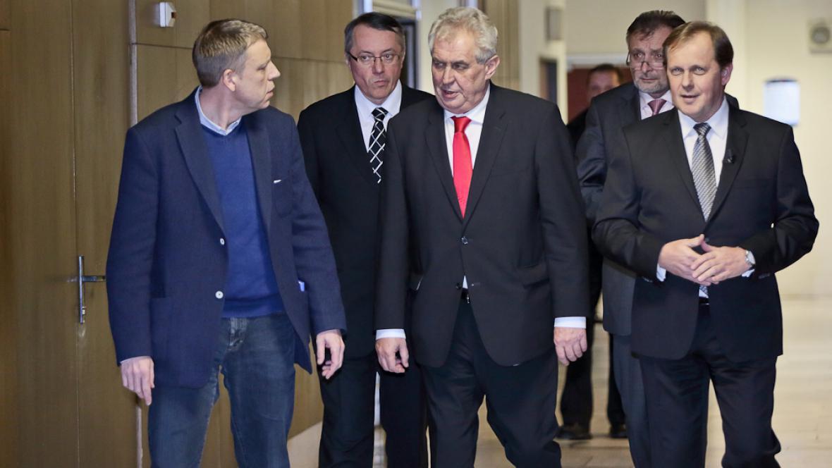 Miloš Zeman přichází do studia