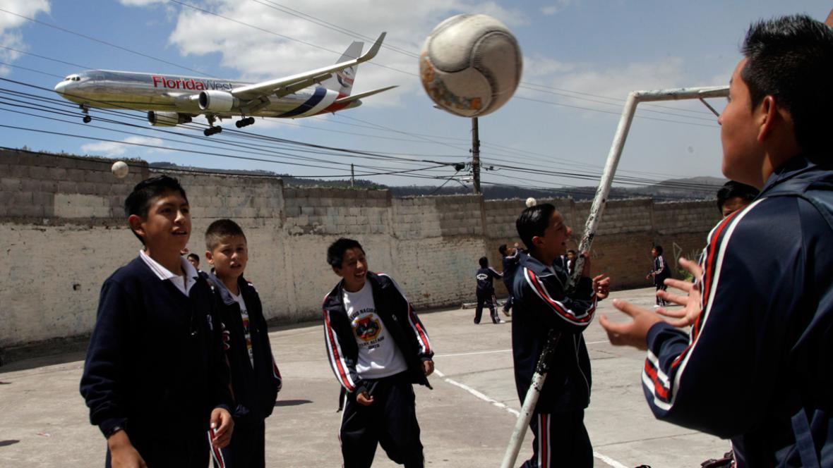 Obyvatelům Quita létají letadla přimo nad hlavami