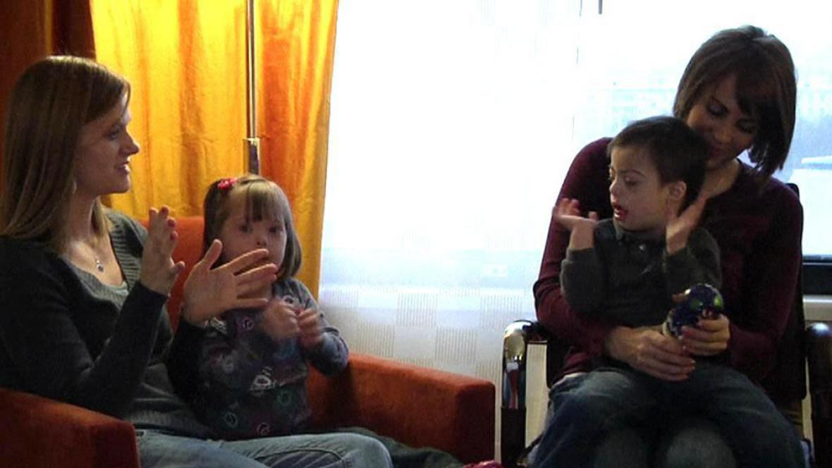 Adoptivní matky Jeana Bonnerová a Becky Preeceová a adoptované děti Artur a Viki