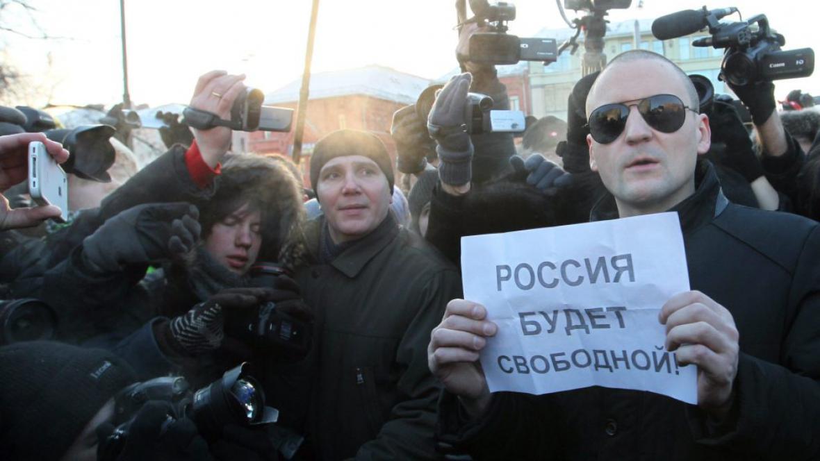 Sergej Udalcov drží nápis