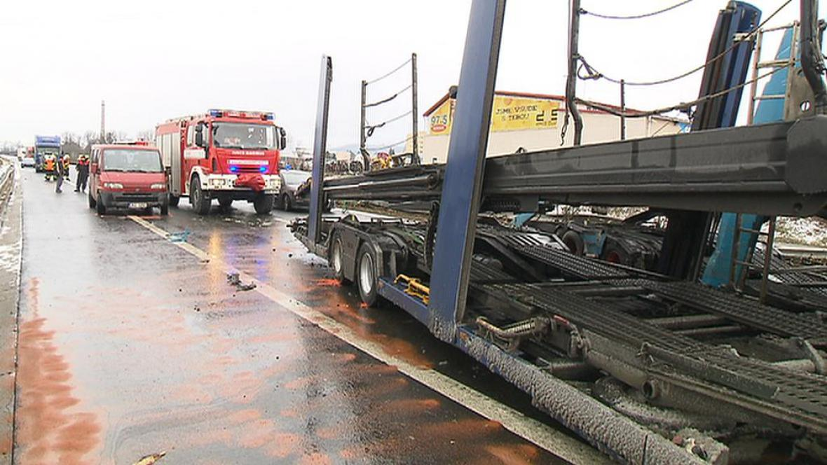 Nehoda kamionů na D5 u Berouna