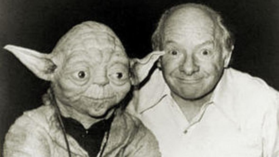 Yoda a Stuart Freeborn (vpravo)