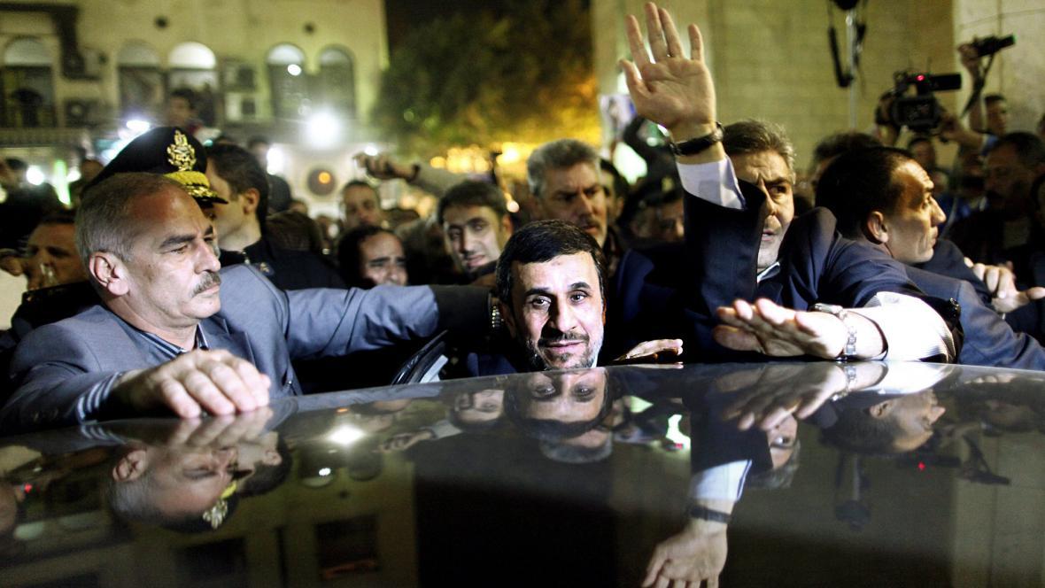 Ahmadínežád před káhirskou mešitou