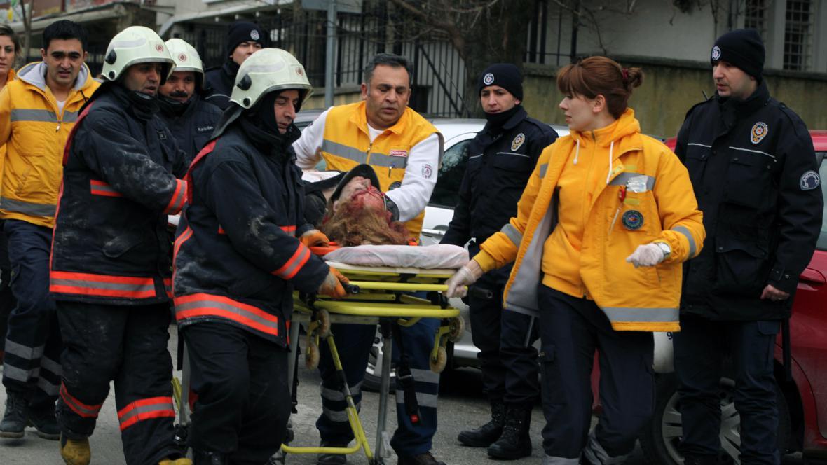 Záchranáři odvážejí zraněného po výbuchu v Ankaře