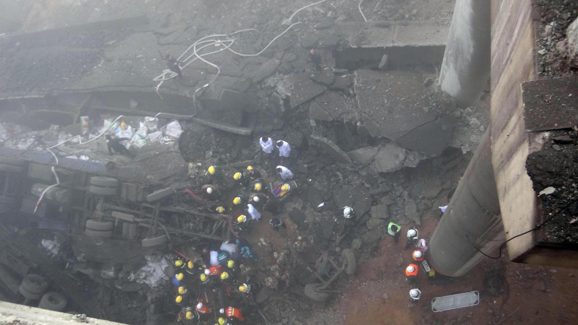 Po explozi se zřítila část dálnice
