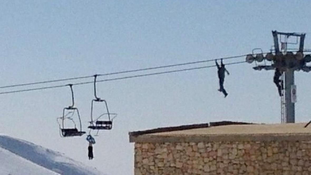 Chlapec visel na lanovce za rukáv bundy