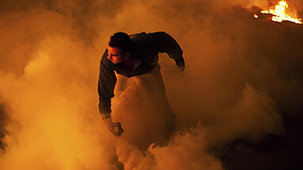 Egyptský demonstrant v oblaku slzného plynu