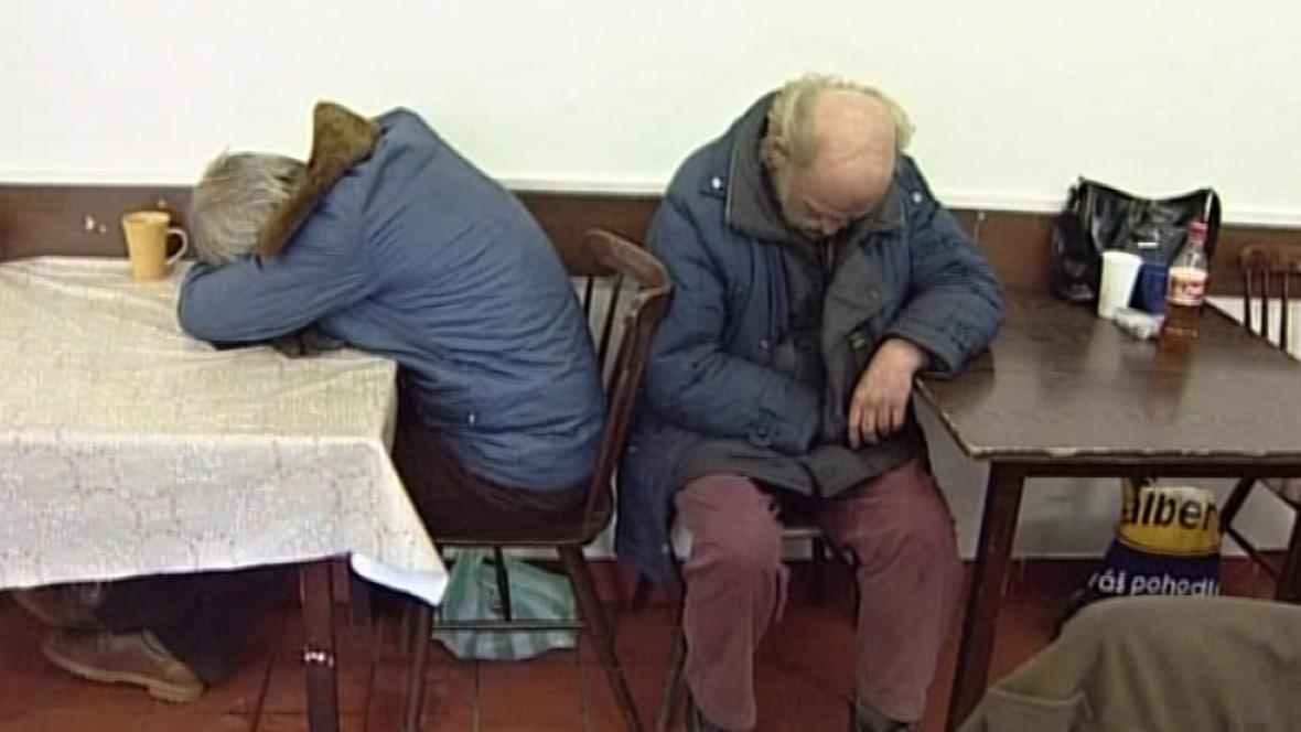 Lidé bez domova jsou rádi i za židli v teple