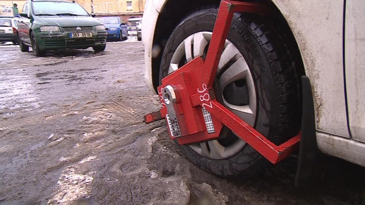 Pokud se dříve řidič vymluvil na osobu blízkou, zaplatil místo pokuty jen demontáž botičky
