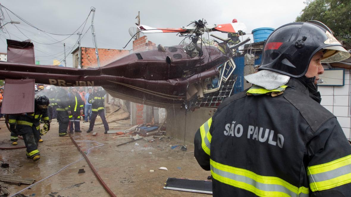 Do obytné čtvrti v São Paulu se zřítil vrtulník