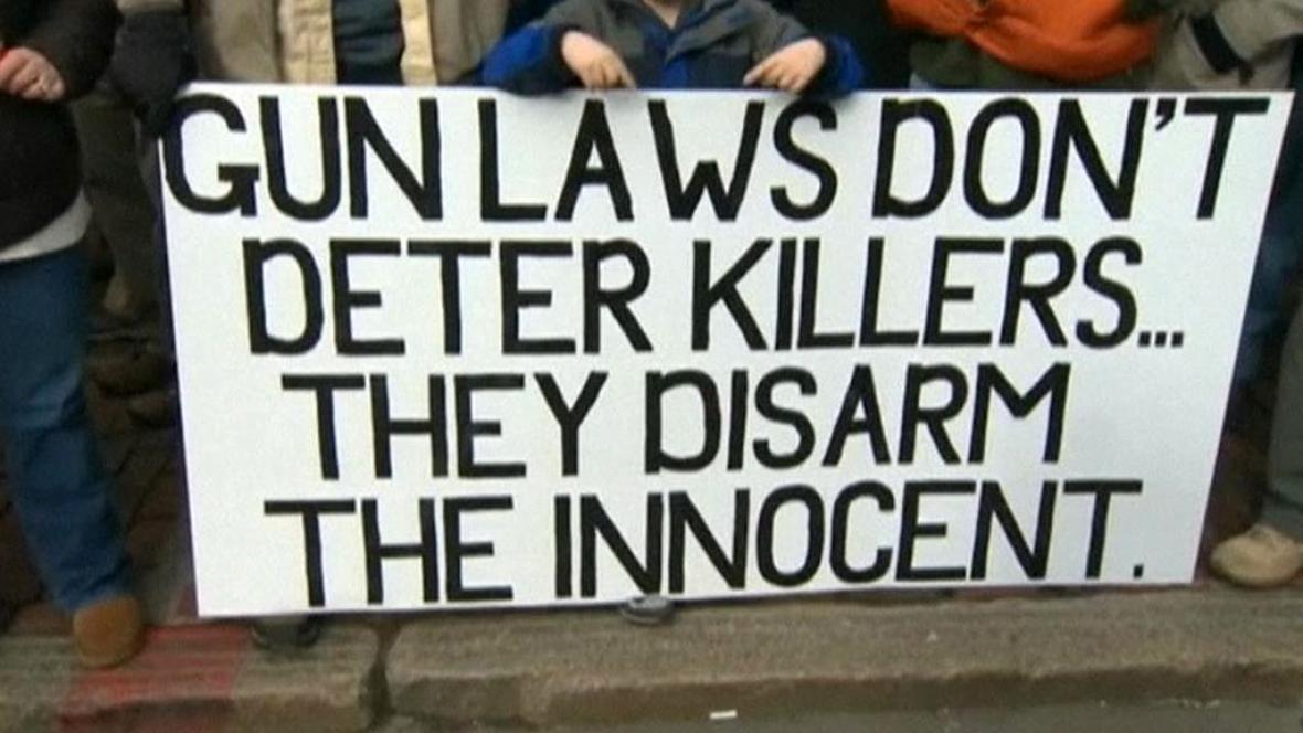 Demonstrace proti přísnější regulaci držení zbraní v USA
