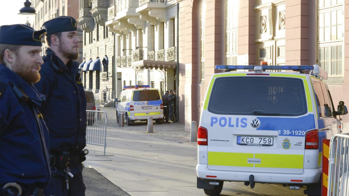Švédská policie před sídlem premiéra
