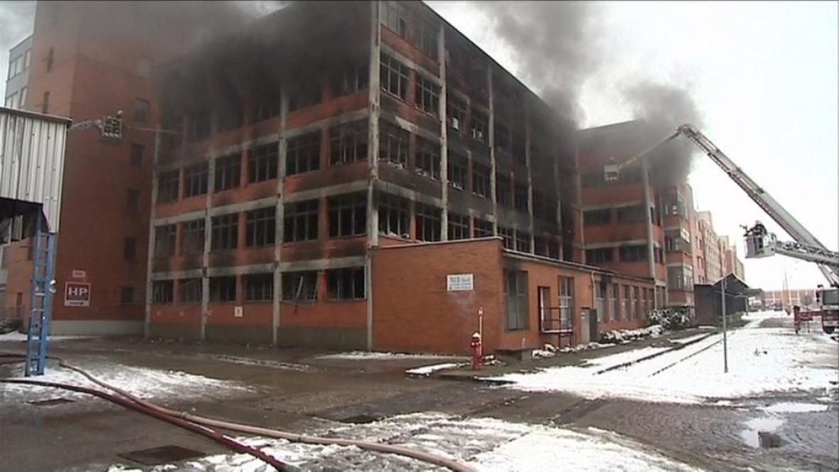Foto hořícího skladu