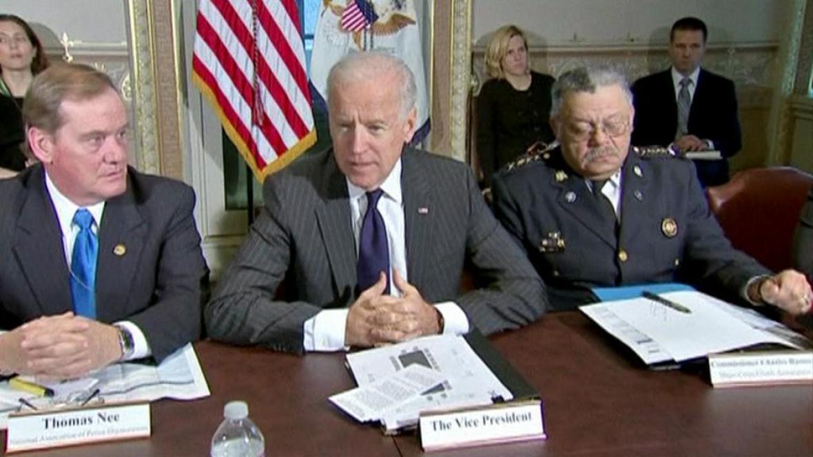 Joe Biden a členové komise