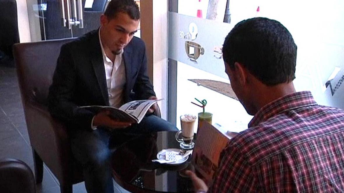 Libyjci čtou knihy v kavárnách