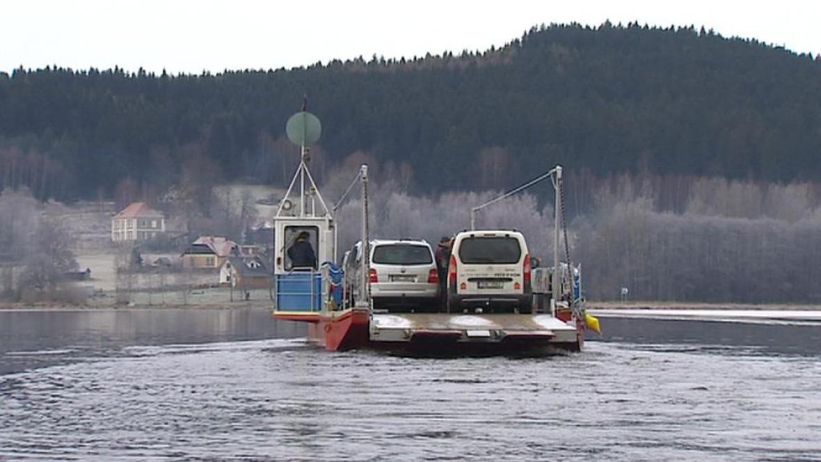 Přívoz přes Lipenské jezero