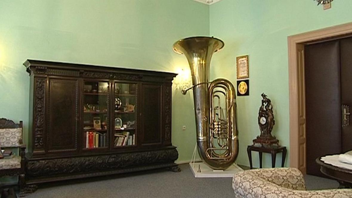 Velká tuba ze sbírky nástrojů v Kraslicích