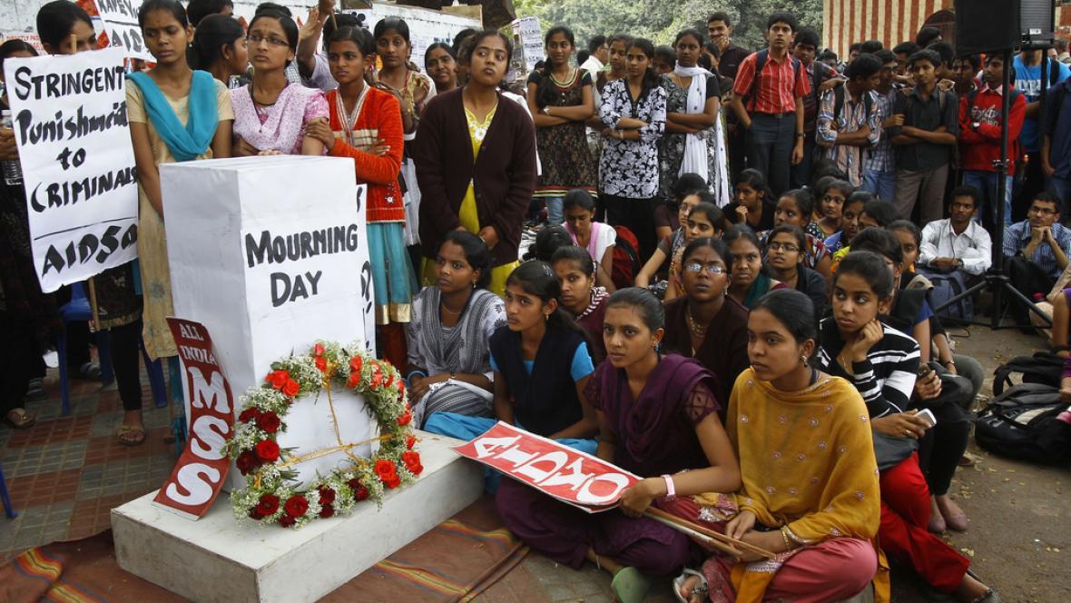 Indové uctívají památku zesnulé znásilněné dívky